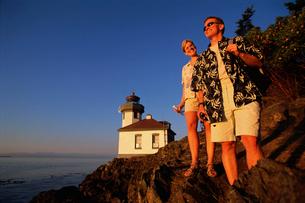 Couple hiking near lighthouseの写真素材 [FYI01980380]