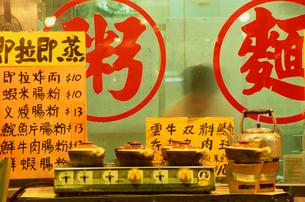 Chinese symbols in restaurant windowの写真素材 [FYI01980466]