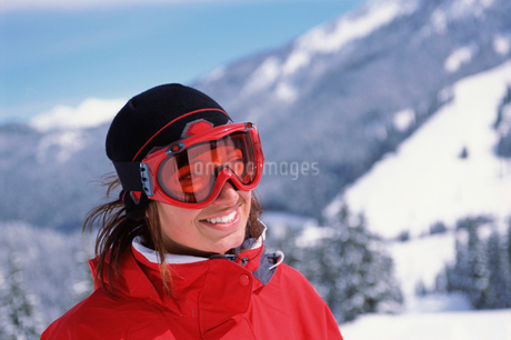 Woman wearing ski gogglesの写真素材 [FYI01980478]