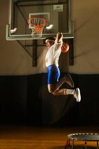 Man using trampoline to slamdunkの写真素材 [FYI01980525]