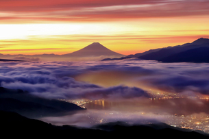朝焼けの雲海と諏訪湖の街並みと富士山の写真素材 [FYI01980732]