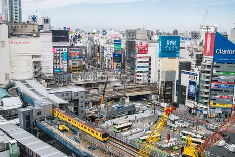 渋谷駅周辺の工事現場と銀座線の写真素材 [FYI01980751]