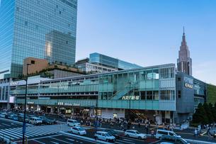 新宿駅南口駅前とバスタ新宿の写真素材 [FYI01980789]