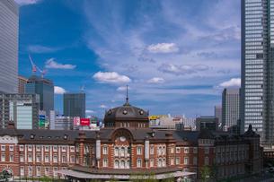 東京駅丸の内駅舎と周辺ビル群の写真素材 [FYI01980805]