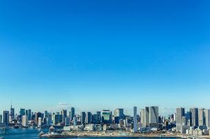 晴海の建設現場と晴海、汐留のビル群の写真素材 [FYI01980849]