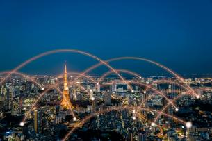 東京タワーとビル群と光のネットワーク 合成の写真素材 [FYI01980862]