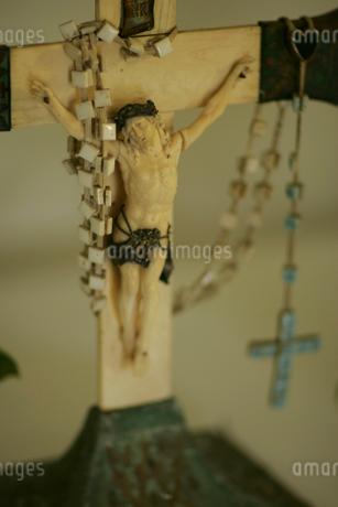 Cross with rosary beadsの写真素材 [FYI01980896]