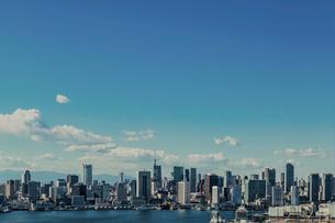 芝浦方面のビル群と青空の写真素材 [FYI01980930]