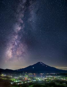 高指山より望む富士山と天の川の写真素材 [FYI01980971]