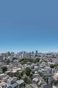 新宿副都心高層ビル群と住宅の街並みの写真素材 [FYI01981033]