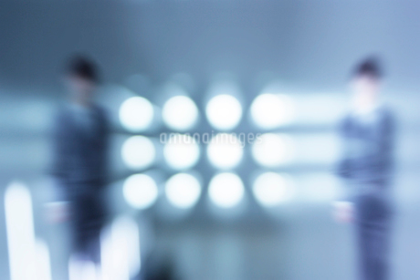 円形の光とビジネスマン CGのイラスト素材 [FYI01981047]