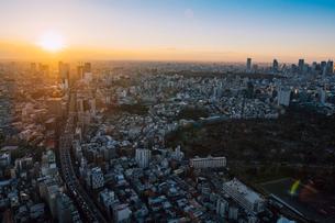六本木から望む渋谷、新宿方面の街並みと夕陽の写真素材 [FYI01981096]