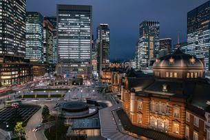 東京駅丸の内駅前広場と高層ビル群の夜景の写真素材 [FYI01981145]