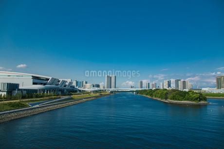 豊洲市場7街区と東雲運河とビル群の写真素材 [FYI01981186]