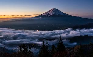 夜明けの富士山と雲海の写真素材 [FYI01981216]