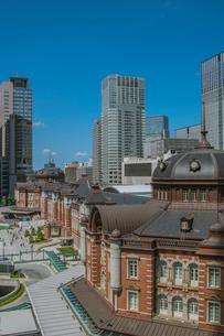 東京駅丸の内駅舎と高層ビルの写真素材 [FYI01981265]