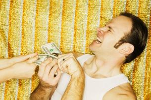 Man grabbing dollar billsの写真素材 [FYI01981489]