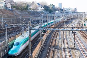 東北新幹線はやぶさとJR線路 日暮里駅の写真素材 [FYI01981560]