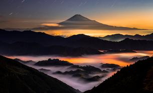 夜の雲海に浮かぶ富士山と星空の写真素材 [FYI01981758]