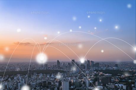東京の高層ビル群と光のネットワーク 合成の写真素材 [FYI01981890]