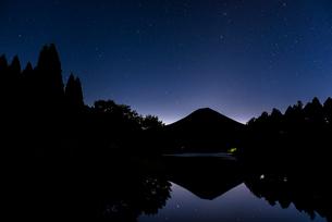 田貫湖から望む富士山と星空の写真素材 [FYI01981963]