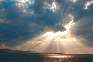 古宇利島から見た夕景の海 沖縄県の写真素材 [FYI01981969]