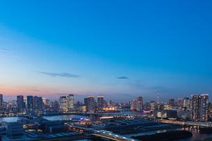 豊洲市場と豊洲、晴海周辺のビル群 夕景の写真素材 [FYI01981996]