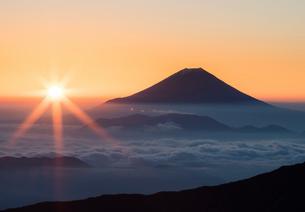 雲海に浮かぶ富士山と朝日の写真素材 [FYI01982048]