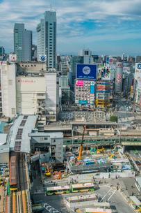 渋谷駅周辺の工事現場と銀座線の写真素材 [FYI01982135]