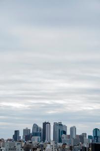新宿周辺の高層ビル群と空の写真素材 [FYI01982160]
