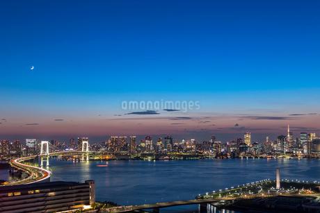 レインボーブリッジと東京湾とビル群の夕景 の写真素材 [FYI01982167]