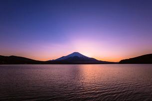 山中湖から望む夕景の富士山の写真素材 [FYI01982199]