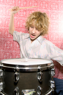 Young boy playing drumsの写真素材 [FYI01982204]