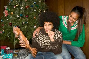 man receiving odd Christmas presentの写真素材 [FYI01982388]
