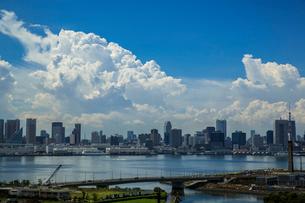 東京湾岸のビル群と青空と積乱雲の写真素材 [FYI01982405]