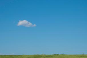 新緑の土手を走る人々と青空の写真素材 [FYI01982497]