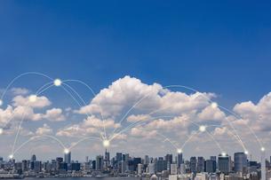 東京の高層ビル群と光のネットワーク 合成の写真素材 [FYI01982525]