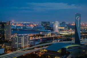 青海方面の街並みと観覧車の夜景の写真素材 [FYI01982535]
