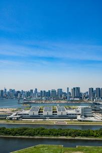 豊洲市場と晴海方面のビル群の写真素材 [FYI01982693]