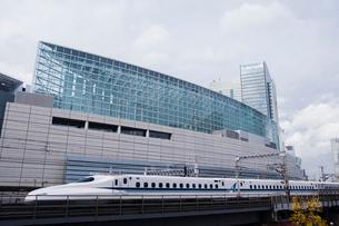 新幹線と東京国際フォーラムの写真素材 [FYI01982705]