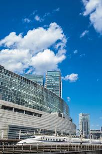 新幹線と東京国際フォーラムの写真素材 [FYI01982718]