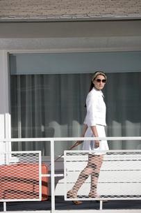 Woman walking on motel balconyの写真素材 [FYI01982733]