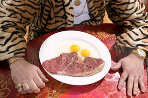 Man sitting down to eat steak and eggsの写真素材 [FYI01982764]