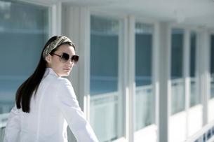Woman walking on motel balconyの写真素材 [FYI01982777]