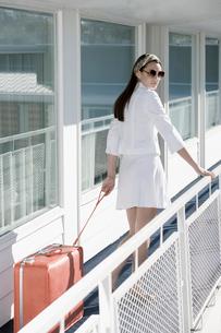 Woman walking on motel balconyの写真素材 [FYI01982801]