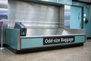 Average suitcase in pickup stationの写真素材 [FYI01982826]