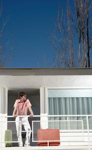 Man standing on motel balconyの写真素材 [FYI01982833]