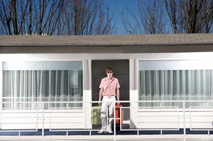 Man standing on motel balconyの写真素材 [FYI01982837]