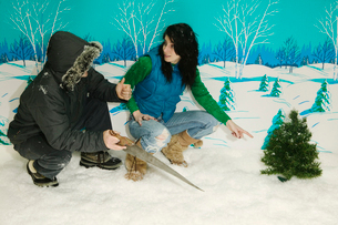 Couple chopping down Christmas treeの写真素材 [FYI01982876]