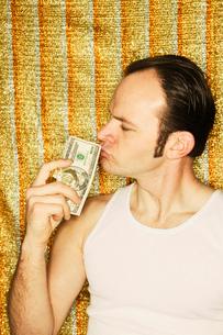 Man kissing dollar billsの写真素材 [FYI01982888]